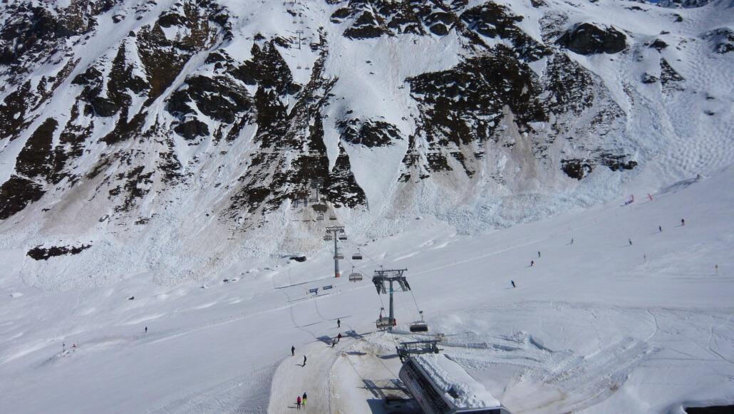 Full depth wet snow avalanche